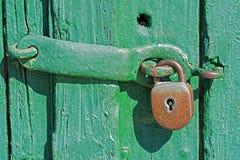 Παλαιό σκουριασμένο λουκέτο στην πράσινη ξύλινη πόρτα Στοκ εικόνες με δικαίωμα ελεύθερης χρήσης