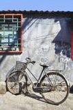 Παλαιό σκουριασμένο ποδήλατο σε ένα hutong, Πεκίνο, Κίνα Στοκ φωτογραφία με δικαίωμα ελεύθερης χρήσης