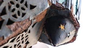 Παλαιό σκουριασμένο φανάρι σιδήρου μετάλλων με το αστέρι στοκ φωτογραφίες