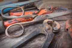 Παλαιό σκουριασμένο ψαλίδι, ψαλίδες και pincer - εκλεκτής ποιότητας εργαλεία κηπουρικής στο ξύλινο υπόβαθρο Στοκ εικόνα με δικαίωμα ελεύθερης χρήσης