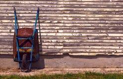 παλαιό σκουριασμένο wheelbarrow Στοκ εικόνα με δικαίωμα ελεύθερης χρήσης