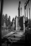 Παλαιό σοβαρό μνημείο με το φράκτη στον ήλιο Στοκ Εικόνες