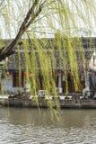 Παλαιό σπίτι κατά μήκος του ποταμού στοκ εικόνα με δικαίωμα ελεύθερης χρήσης