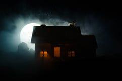 Παλαιό σπίτι με ένα φάντασμα στη φεγγαρόφωτη νύχτα ή εγκαταλειμμένο συχνασμένο σπίτι φρίκης στην ομίχλη, παλαιά απόκρυφη βίλα με  Στοκ φωτογραφία με δικαίωμα ελεύθερης χρήσης