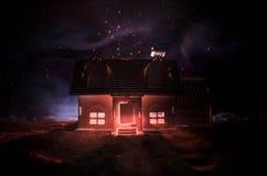 Παλαιό σπίτι με ένα φάντασμα στη φεγγαρόφωτη νύχτα ή εγκαταλειμμένο συχνασμένο σπίτι φρίκης στην ομίχλη, παλαιά απόκρυφη βίλα με  Στοκ εικόνα με δικαίωμα ελεύθερης χρήσης