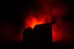 Παλαιό σπίτι με ένα φάντασμα στη φεγγαρόφωτη νύχτα ή εγκαταλειμμένο συχνασμένο σπίτι φρίκης στην ομίχλη Παλαιά απόκρυφη βίλα με τ Στοκ Φωτογραφίες