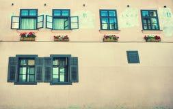 Παλαιό σπίτι με τα ξύλινα παραθυρόφυλλα Στοκ εικόνα με δικαίωμα ελεύθερης χρήσης