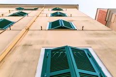 Παλαιό σπίτι με τα παραθυρόφυλλα παραθύρων - κλασσικό υπόβαθρο προσόψεων στοκ εικόνες