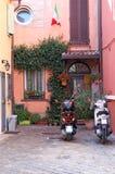 Παλαιό σπίτι με την ιταλικά σημαία και τα μηχανικά δίκυκλα Rimini Στοκ Εικόνες
