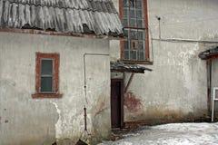Παλαιό σπίτι με δύο παράθυρα και πόρτα Στοκ εικόνες με δικαίωμα ελεύθερης χρήσης