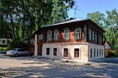 Παλαιό σπίτι πετρών με τα χαρασμένα παράθυρα σε Ples, Ρωσία Στοκ Εικόνες