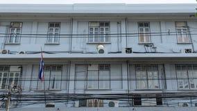 Παλαιό σπίτι σειρών κοντά στην πόλη οδών στη Μπανγκόκ Στοκ εικόνα με δικαίωμα ελεύθερης χρήσης