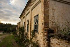 Παλαιό σπίτι στις καταστροφές, την κάπως μυστήρια και συχνασμένη θέση στοκ εικόνα με δικαίωμα ελεύθερης χρήσης