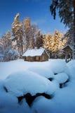 Παλαιό σπίτι στο χιονώδες δάσος Στοκ φωτογραφίες με δικαίωμα ελεύθερης χρήσης