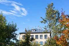 Παλαιό σπίτι του σχολείου στην ημέρα φθινοπώρου Στοκ εικόνες με δικαίωμα ελεύθερης χρήσης