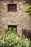 Παλαιό σπίτι τούβλου, ξύλινοι φράκτης και hibiscus λουλούδια Στοκ Φωτογραφία