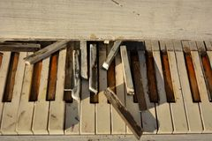 Παλαιό σπασμένο άσπρο πιάνο Στοκ Εικόνες
