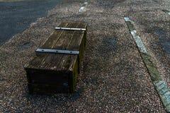 Παλαιό στήθος στο χωριό παραλιών, που ενεργεί ως πάγκος και που στηρίζεται Στοκ Εικόνες