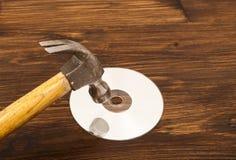 Παλαιό σφυρί που συνθλίβει την κίνηση του CD στοκ φωτογραφίες με δικαίωμα ελεύθερης χρήσης