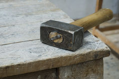 Παλαιό χρησιμοποιημένο σφυρί σε ένα ξύλινο υπόβαθρο Στοκ Εικόνα