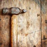 Παλαιό σφυρί στο ξύλο Στοκ Φωτογραφία