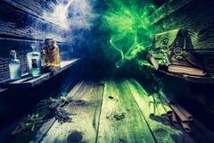 Παλαιό σύνολο εξοχικών σπιτιών witcher των κυλίνδρων, βιβλία, μαγικές φίλτρα με το διάστημα αντιγράφων για αποκριές Στοκ Εικόνες