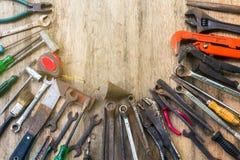 Παλαιό σύνολο εργαλείου εργασίας στο ξύλινο υπόβαθρο Στοκ φωτογραφίες με δικαίωμα ελεύθερης χρήσης