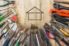 Παλαιό σύνολο εργαλείου εργασίας στο ξύλινο υπόβαθρο Στοκ εικόνα με δικαίωμα ελεύθερης χρήσης