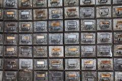 Παλαιό σύστημα αρχειοθέτησης Αναδρομικά κιβώτια μετάλλων σχεδίου με τις ηλικίας πινακίδες εγγράφου Παλαιό γραφείο χρονικής αποθήκ Στοκ Εικόνες