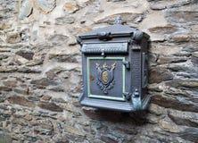 Παλαιό ταχυδρομικό κουτί στον τοίχο πετρών Στοκ Εικόνες
