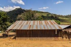 Παλαιό ταϊλανδικό ξύλινο σπίτι ύφους με τη σκουριασμένη στέγη ψευδάργυρου Στοκ Φωτογραφία