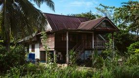 Παλαιό ταϊλανδικό σπίτι στη ζούγκλα στοκ εικόνα