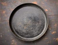 Παλαιό τηγανίζοντας τηγάνι χυτοσιδήρου στη μαύρη ξύλινη επιτραπέζια κινηματογράφηση σε πρώτο πλάνο Στοκ φωτογραφία με δικαίωμα ελεύθερης χρήσης