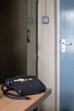 Παλαιό τηλέφωνο σε ένα παλαιό γραφείο Στοκ φωτογραφία με δικαίωμα ελεύθερης χρήσης