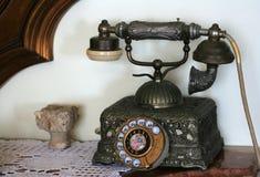 Παλαιό τηλέφωνο στον πίνακα Στοκ Φωτογραφίες