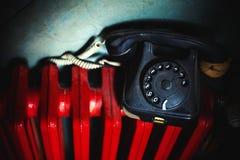 Παλαιό τηλέφωνο στο κόκκινο θερμαντικό σώμα Στοκ εικόνες με δικαίωμα ελεύθερης χρήσης