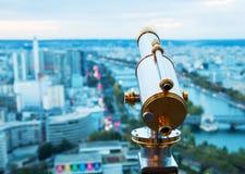 Παλαιό τηλεσκόπιο με την άποψη πέρα από το Παρίσι Στοκ Εικόνα