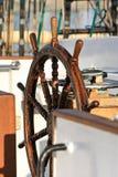 Παλαιό τιμόνι σε ένα πλέοντας σκάφος Στοκ εικόνες με δικαίωμα ελεύθερης χρήσης
