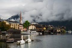 Παλαιό τουριστικό Hallstatt στα σύννεφα, Αυστρία Στοκ Εικόνες