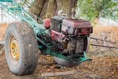 Παλαιό τρακτέρ κοντά σε ένα δέντρο Στοκ φωτογραφία με δικαίωμα ελεύθερης χρήσης