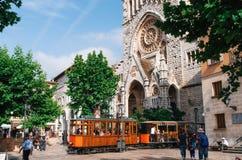 Παλαιό τραμ σε Soller μπροστά από το μεσαιωνικό γοτθικό καθεδρικό ναό με το τεράστιο ροδαλό παράθυρο, Μαγιόρκα, Ισπανία Στοκ εικόνα με δικαίωμα ελεύθερης χρήσης
