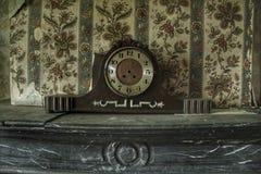 Παλαιό τρομακτικό ρολόι σε ένα εγκαταλειμμένο σπίτι στοκ εικόνες