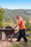 Παλαιό τσεκούρι στο κούτσουρο και το καυσόξυλο Τσεκούρι που κόβεται στο ξύλο μετά από να τεμαχίσει το καυσόξυλο Στοκ Φωτογραφία