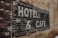 Παλαιό φθαρμένο σημάδι ξενοδοχείων Στοκ Φωτογραφίες
