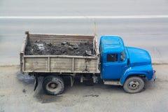 Παλαιό φορτηγό με μια μπλε καμπίνα Στοκ Φωτογραφία
