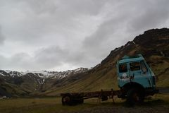 Παλαιό φορτηγό στην πορεία σε Seljavallalaug Στοκ εικόνες με δικαίωμα ελεύθερης χρήσης