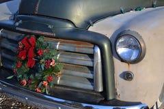 Παλαιό φορτηγό Χριστουγέννων - στεφάνι στη σχάρα Στοκ φωτογραφίες με δικαίωμα ελεύθερης χρήσης