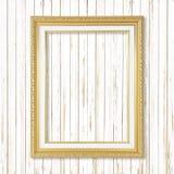Παλαιό χρυσό πλαίσιο στον άσπρο ξύλινο τοίχο  Κενό πλαίσιο εικόνων ο Στοκ φωτογραφίες με δικαίωμα ελεύθερης χρήσης