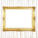 Παλαιό χρυσό πλαίσιο στον άσπρο ξύλινο τοίχο  Κενό πλαίσιο εικόνων ο Στοκ φωτογραφία με δικαίωμα ελεύθερης χρήσης