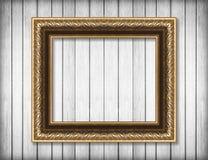 Παλαιό χρυσό πλαίσιο στον άσπρο ξύλινο τοίχο  Κενό πλαίσιο εικόνων Στοκ εικόνα με δικαίωμα ελεύθερης χρήσης